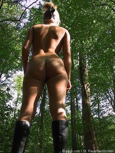 Nackte Frau im Wald verirrt