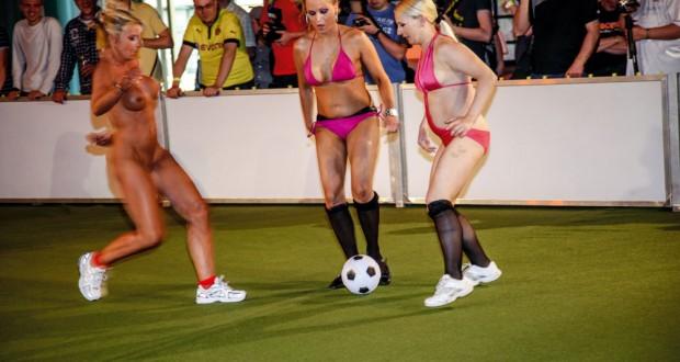 Von Latten und Bällen: Die 1. erotische Nacktfußball-EM der Frauen