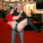 Er ließ es sich nicht nehmen Alina L`amour auf den Arm zu nehmen...